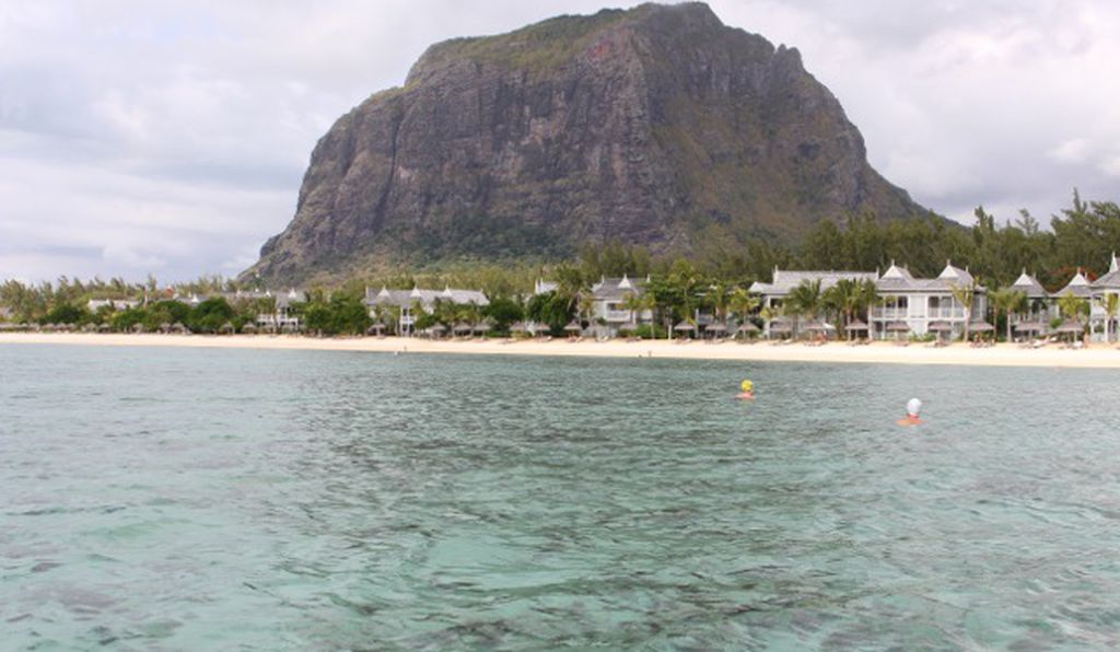 Le Morne in Mauritius, a popular tourist destination, is safe from shark attacks. The popular theory holds that a coral reef protects swimmers, but the truth is not so simple.