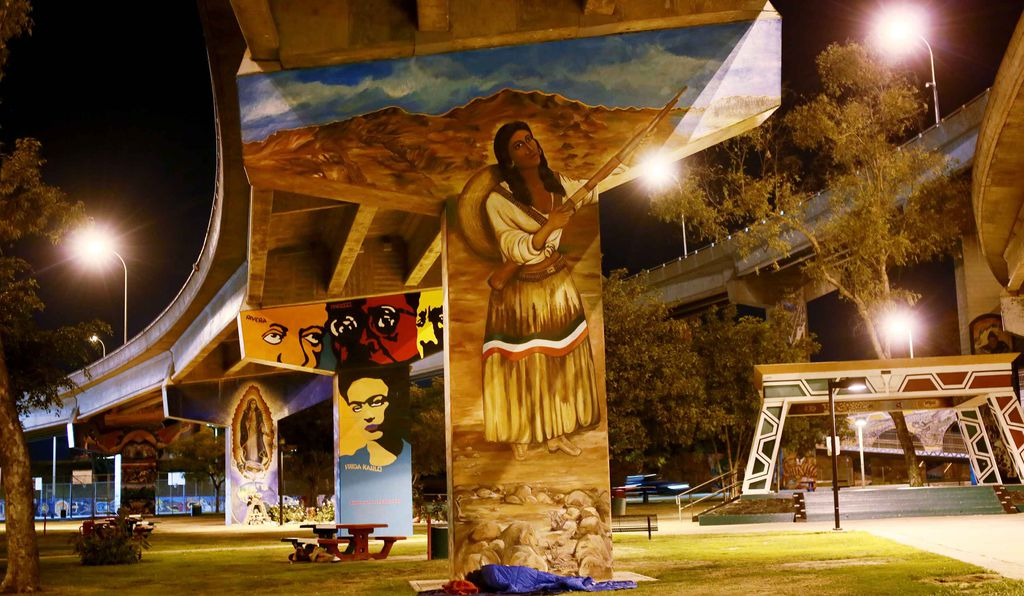 Since the 1970s, dozens of murals depicting civil rights figures, scenes of revolutionary struggle, Mesoamerican mythology and other aspects of Chicano culture have been painted on the bridge pylons.
