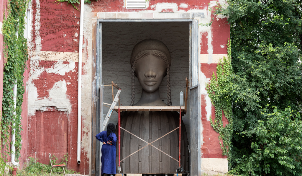 The sculpture incorporates aspects of architecture from West Africa and the American South