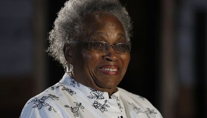Image: Woman who lived in former slave cabin visits Smithsonian