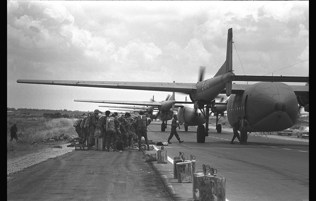 Israeli Parachutists Line Up For The Six Day War In 1967 Wikimedia Commons