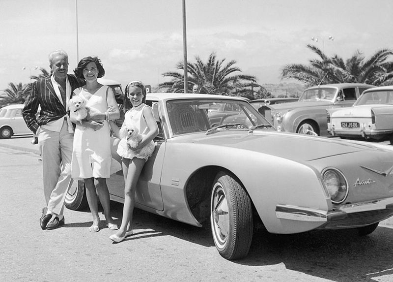 Raymond Loewy and family with Avanti.jpg