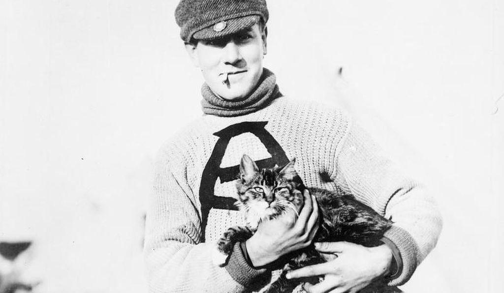 'Tabby' the cat with a Canadian soldier on the Salisbury Plain, in September 1914.