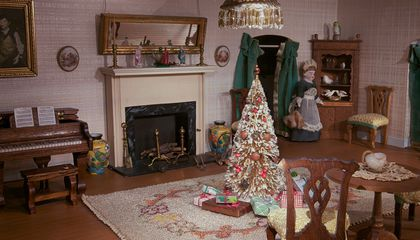 Christmas at the Smithsonian's Dolls' House Includes All the Trimmings—in Miniature