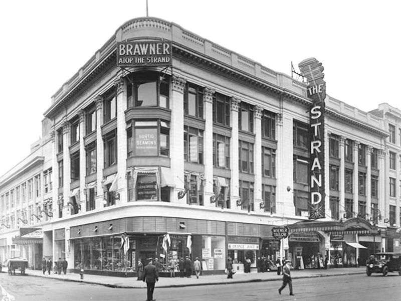 Strand_Theatre_(Manhattan)_-_cropped.jpg