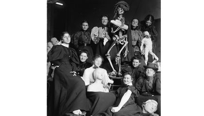 Women's life class at the Chase School of Art, circa 1896 (detail) / unidentified photographer. F. Luis Mora papers, 1891-1986, bulk 1891-1922. Archives of American Art, Smithsonian Institution.