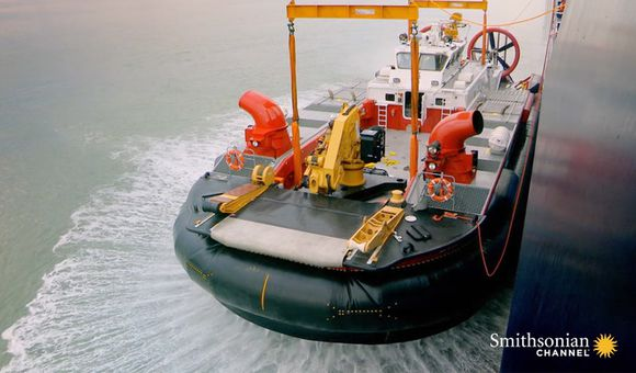 Preview thumbnail for video'Lifting an Unwieldy 75-Ton Hovercraft Out of the Water