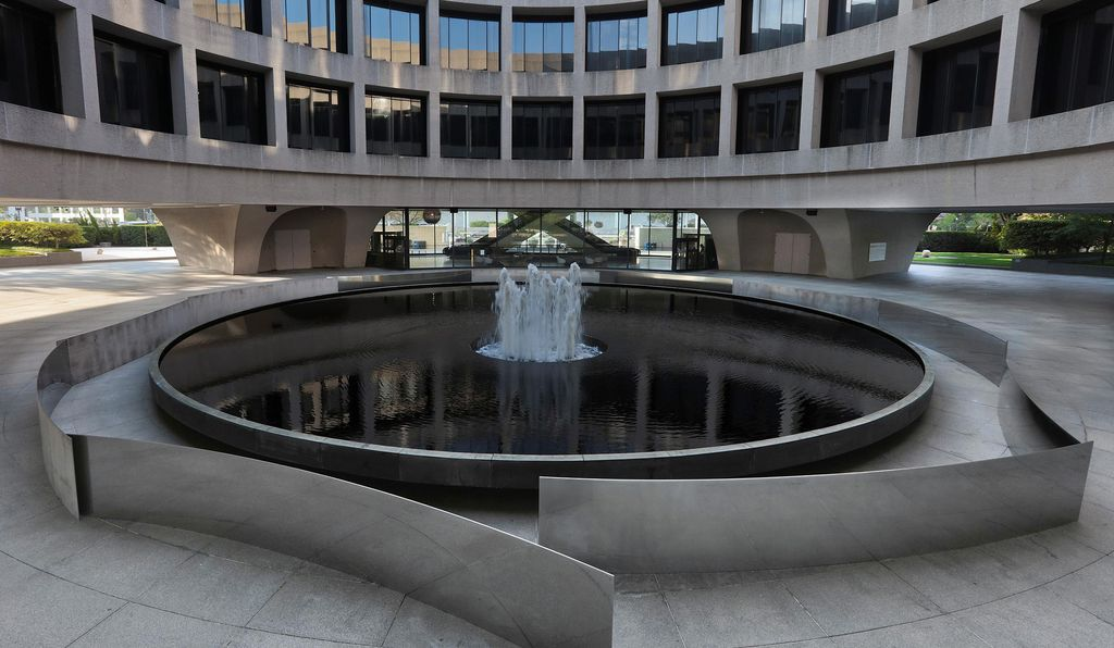 The museum's fountain is surrounded by 11 curved steel pieces, mirrored on one side and placed in a kind of maze.
