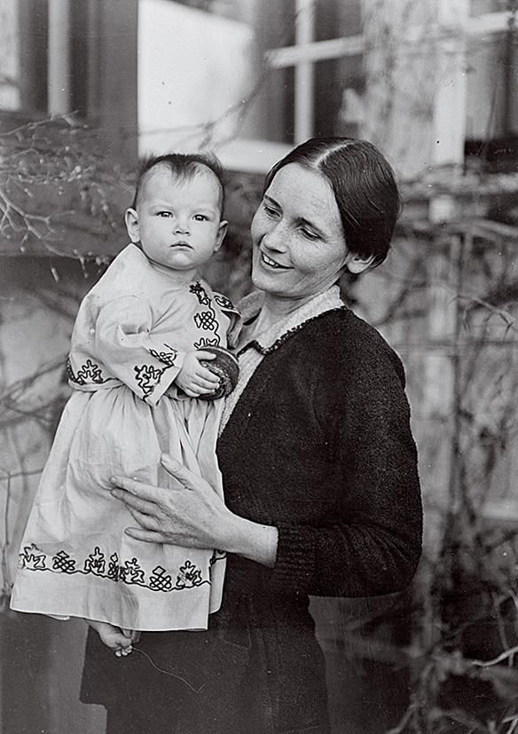 Ann Axtell Morris in the field with daughter Sarah Lane Morris