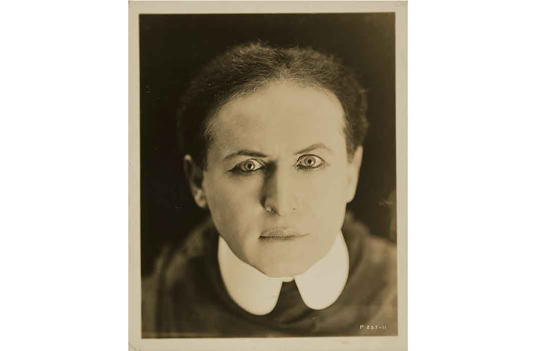 TIL Harry Houdini wanted to prevent people from copying his