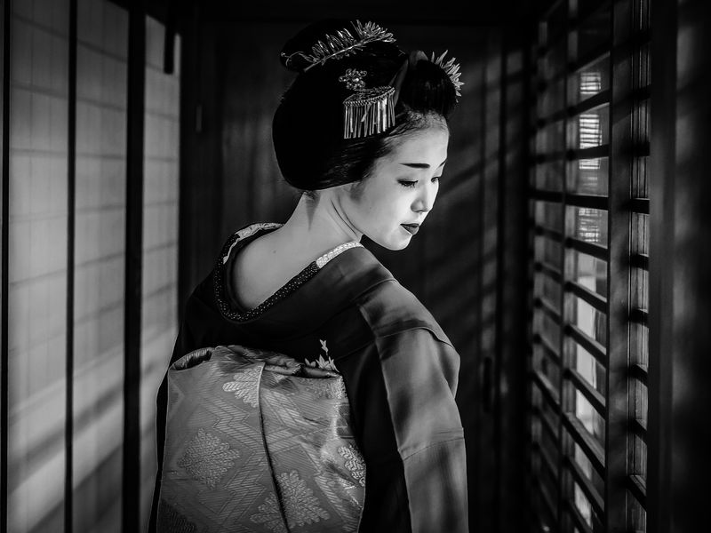 A beautiful Maiko (trainee Geisha) in Kyoto. Each and every movement is so graceful...
