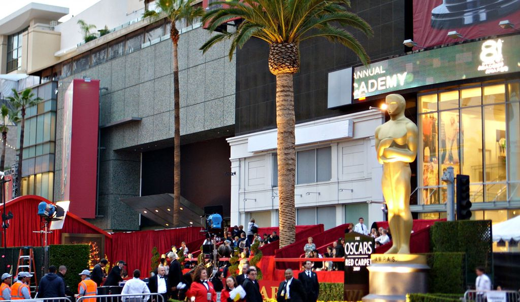 Note the clothing store right behind Oscar himself. This image was taken at the 81st Academy Awards in 2009.