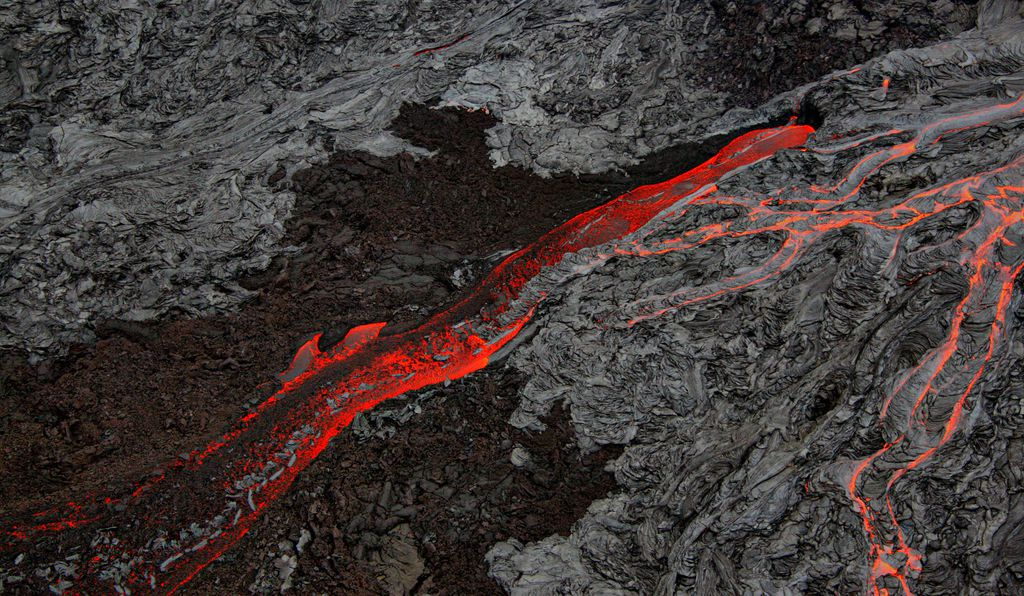 Pāhoehoe and ʻaʻā lava flows side by side at the Big Island of Hawaii in September, 2007.