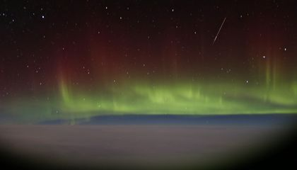 London-to-New York Passenger Captures Spectacular Northern Lights Timelapse Out Airplane Window