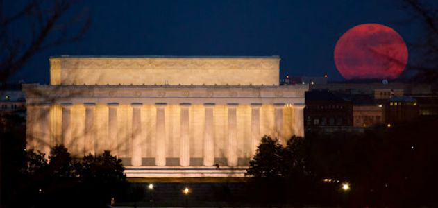 The supermoon of March 2011, rising behind the Lincoln Memorial In Washington, DC