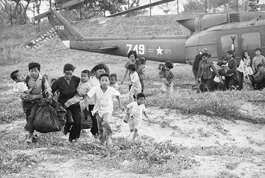 Colombia - Página 5 South-Vietnam-Refugees-run-rescue-helicopters-8
