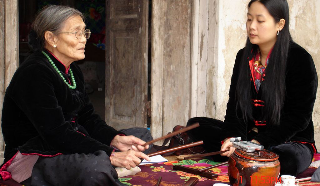 Pham Thi Hue learning <i>ca trù</i> on the porch of her teacher, Master Nguyen Thi Chuc.