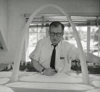 Saarinen working with a model of the arch in 1957