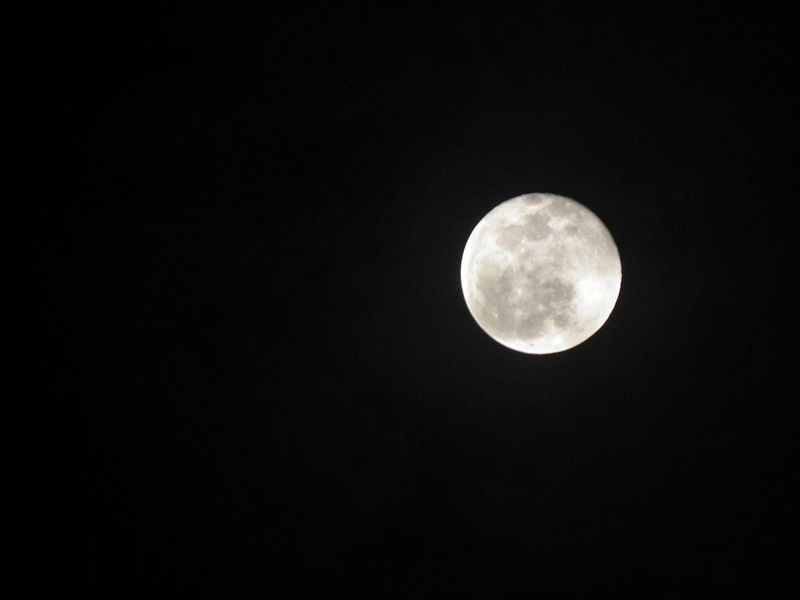 1024px-The_moon_with_Sky_in_the_full_moon_day.jpg