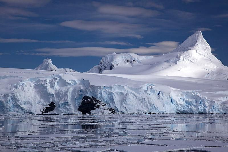 800px-Glacier_on_Antarctic_coast,_mountain_behind.jpg
