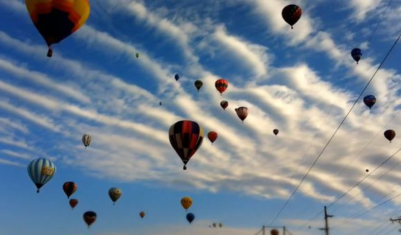 Preview thumbnail for video'Hot Air Balloons Light Up the Sky