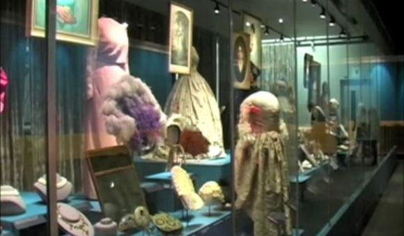 Preview thumbnail for video'The First Ladies' Dresses at the Smithsonian