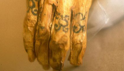The tattooed right hand of a Chiribaya mummy