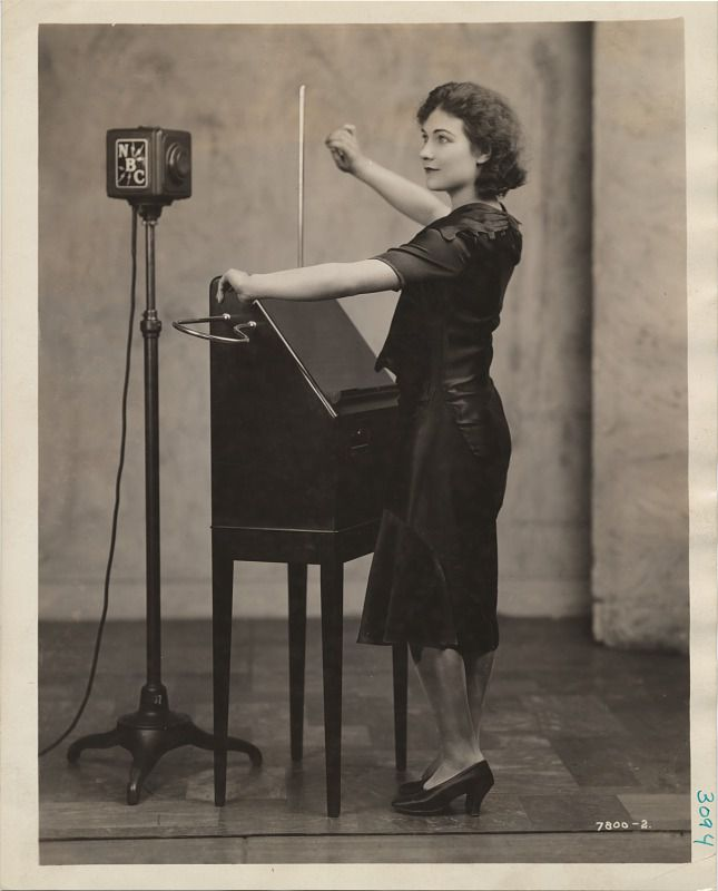 Alexandra Stepanoff plays theremin.jpg