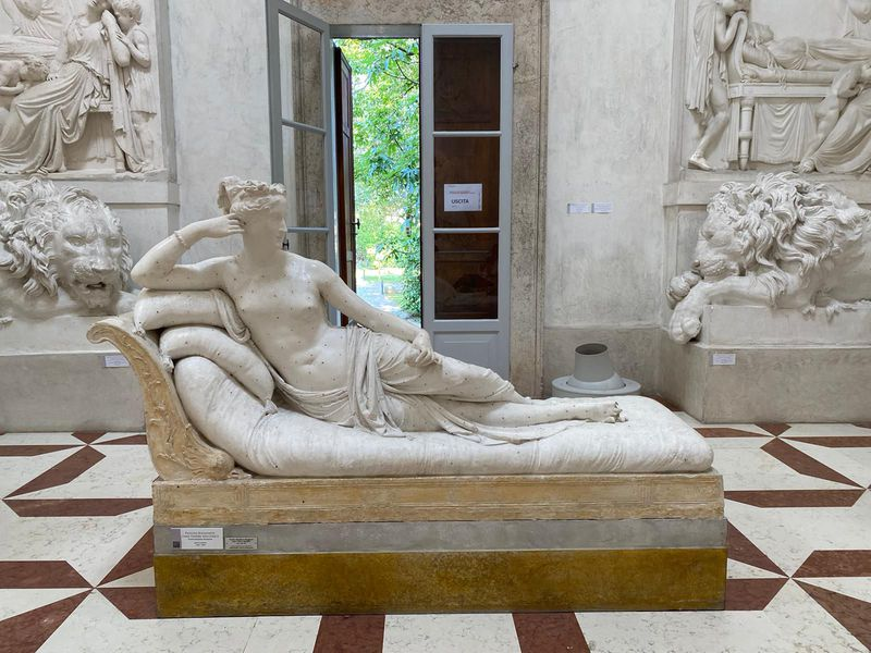 The reclining plaster mold of a woman, with broken toes