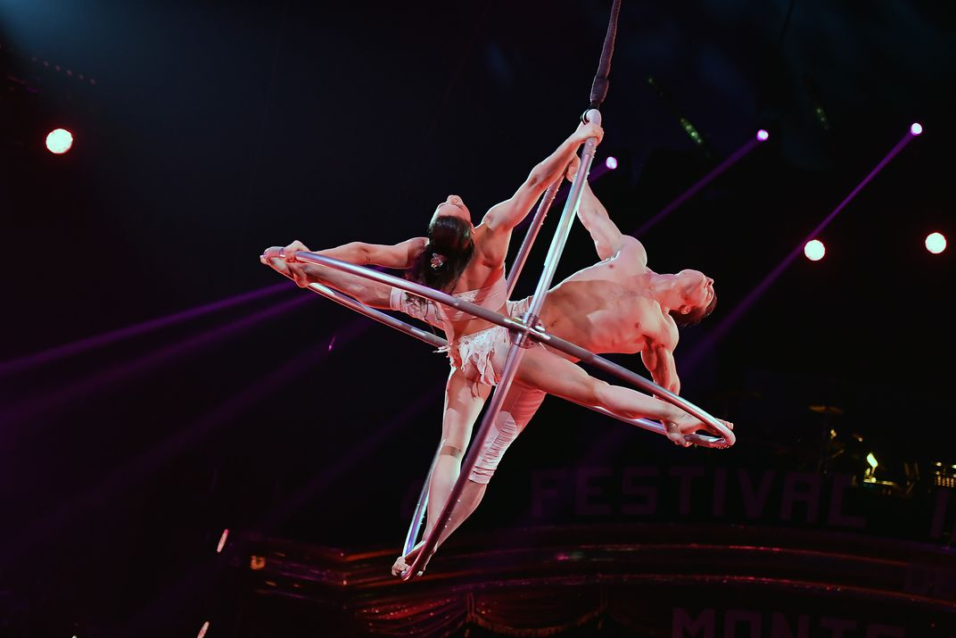 The duo of Jonathan Morin and Marie-Eve Bisson perform an aerial act on two  rings. (© Charly Gallo - Direction de la Communication, Monaco)