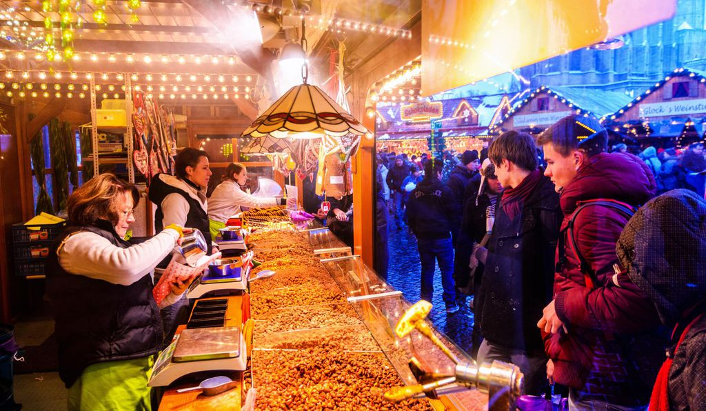 Burnt sugar almonds (<i>gebrannte Mandeln</i>) being served at Erfurt's Christmas market