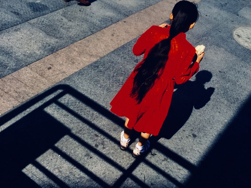 It was a sunny morning. I was going to take the train back to Shanghai and saw a little girl waiting for the train with her mother. Carrying heavy luggage, the mother looked tired, but this little girl was walking in the square innocently eating her bread with a heart full of curiosity.