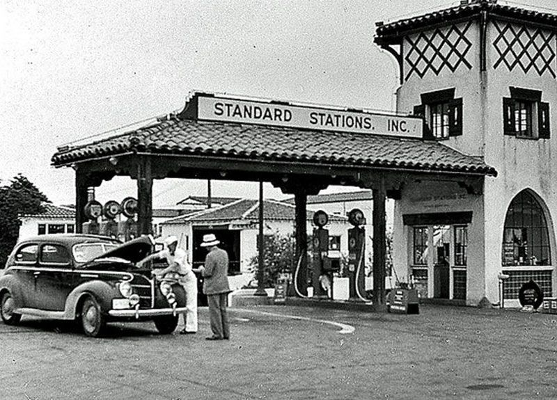 Standard_Stations_filling_station_in_California_1939.jpg