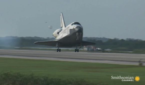 Preview thumbnail for video'Space Shuttle Discovery lands at the Smithsonian
