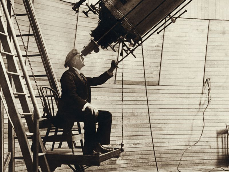 Percival_Lowell_observing_Venus_from_the_Lowell_Observatory_in_1914.jpg