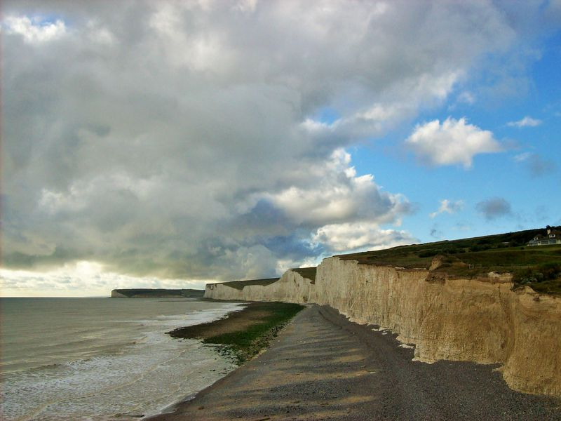 Birling_Gap,_looking_west_3.jpeg