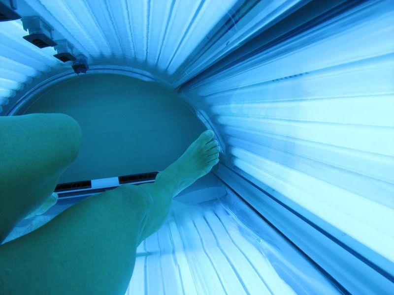 Inside_a_tanning_bed_(May_2011).jpg