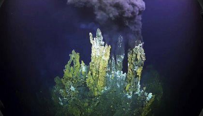 Scientists Explore Breathtaking Hydrothermal Vents in Virtual Reality