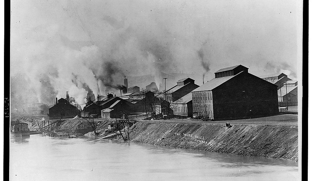 The Donora wire mill (which later became part of the American Steel & Wire Company) on the banks of the Monongahela River in 1910.