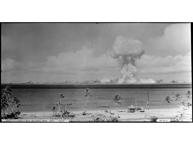 Atomic_cloud_during_-Able_Day-_blast_at_Bikini._First_picture_of_atomic_shock_wave_-_NARA_-_520713.jpg