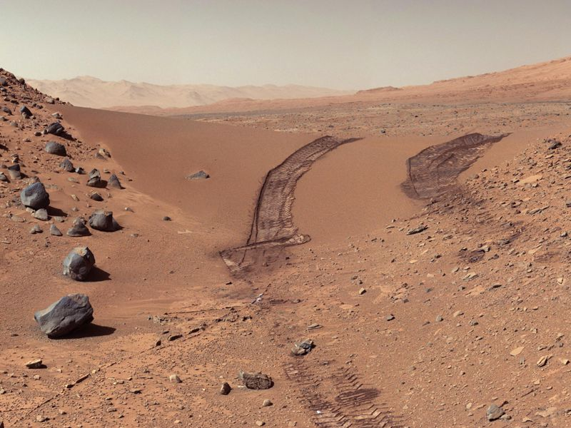 Curiosity tracks on Mars.jpg