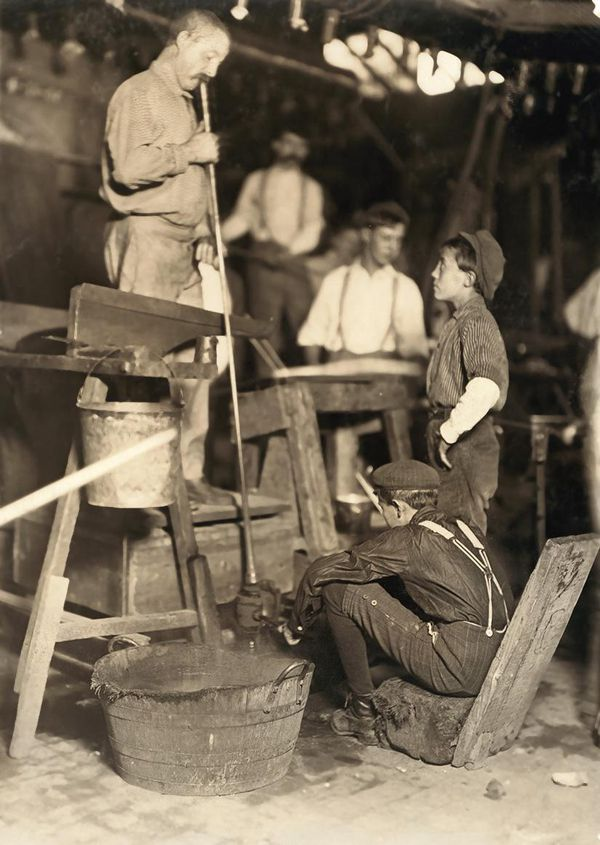 A glass blower and helpers in 1908