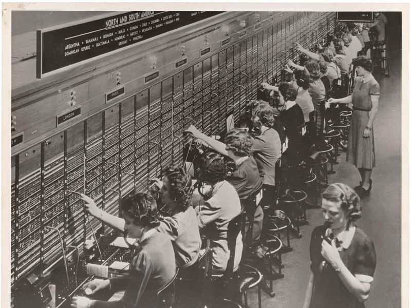 Photograph_of_Women_Working_at_a_Bell_System_Telephone_Switchboard_(3660047829).jpg