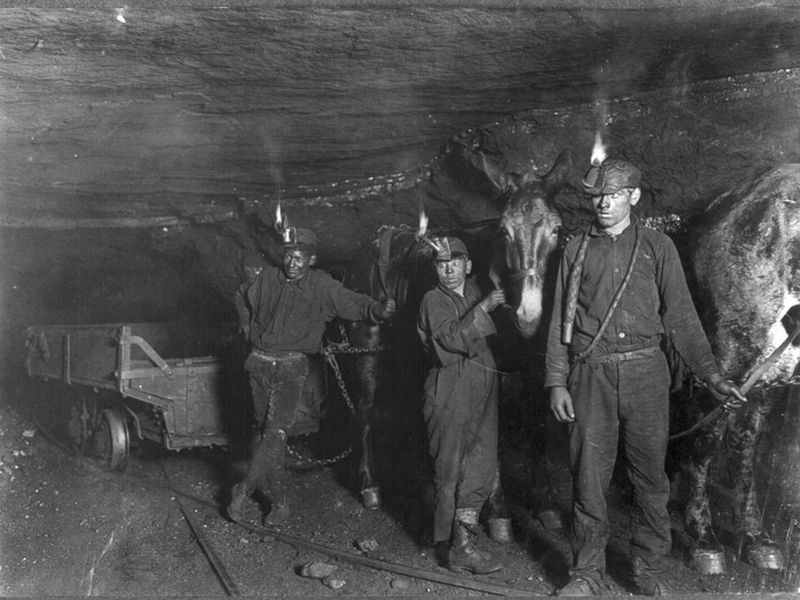 1024px-Child_coal_miners_(1908).jpg