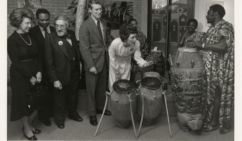 Joan Mondale plays the drums after a press conference at the National Museum of African Art in 1978 with, from left: Rep. Lindy Boggs, Rep. Walter E. Fauntroy, Warren Robbins (founder of the Museum) and Sen. Wendell Anderson.