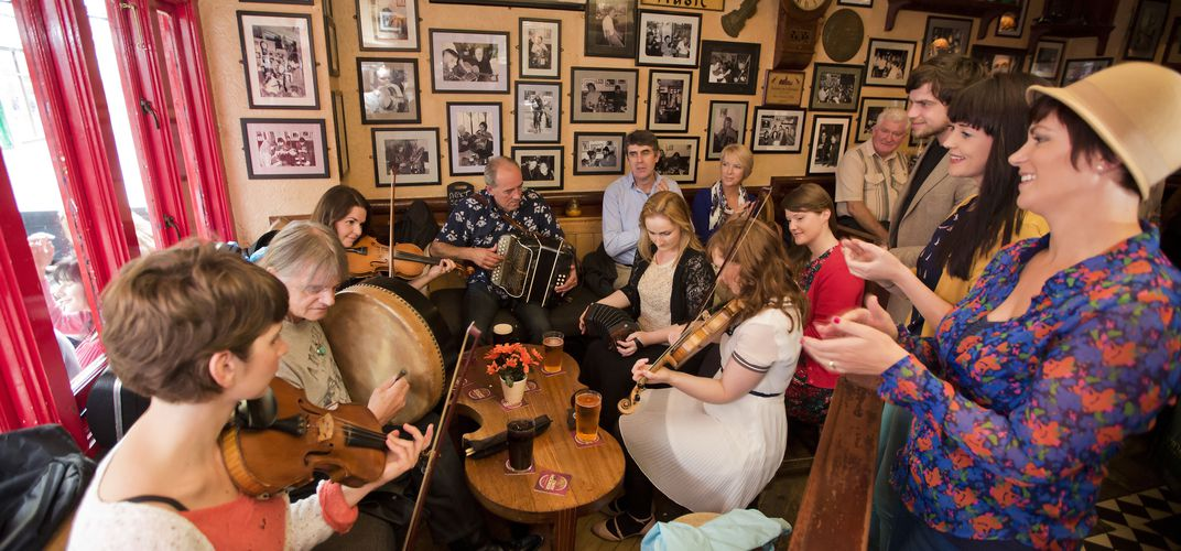 Lively music in a pub. Credit: Brian Morrison, Ireland Tourism