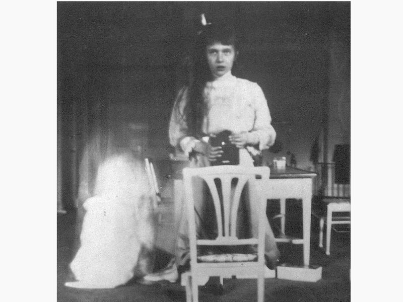 Grand_Duchess_Anastasia_Nikolaevna_self_photographic_portrait.jpg
