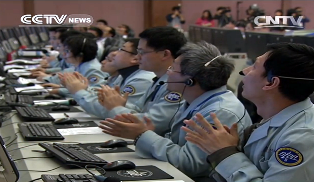Applause inside the Chang-e control center at the time of touchdown.
